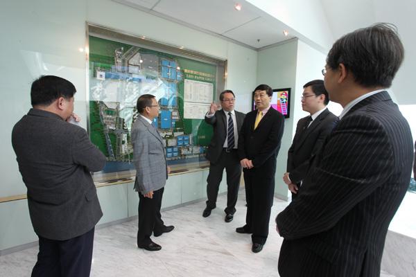 利奥集团主席梁镇华先生及利奥创新科技李崇志先生为官员们介绍集团发展现状。
