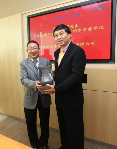利奥集团主席梁镇华先生向朱民阳书记致送纪念品。