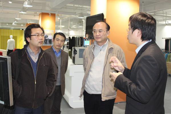 张建副局长聆听利奥创新科技工作人员介绍RFID技术应用