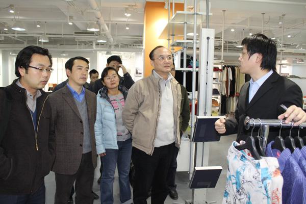 I利奥创新科技工作人员为张建副局长演示衣架过Gatedoor检货操作