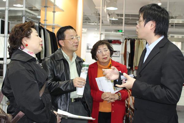 隆欣霖女士及李翠英主席了解利奥创新科技的发展情况
