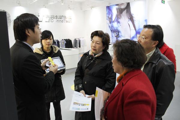 利奥创新科技工作人员向隆欣霖女士及李翠英主席讲解RFID智能标签的应用优势