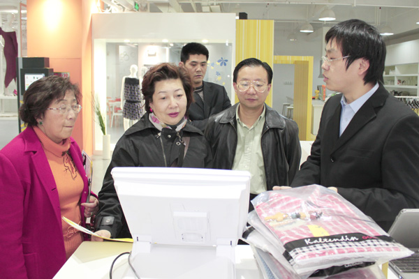 隆欣霖女士及李翠英主席观看RFID智能收银系统演示