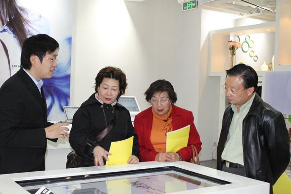 隆欣霖女士及李翠英主席观看利奥创新科技RFID服饰目录系统操作