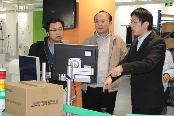 张建副局长观看利奥创新科技RFID自动识别系统演示